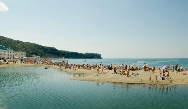 Центральный пляж в Новомихайловском