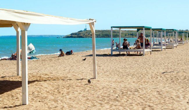 Городской пляж на Аршинцевой косе в Керчи