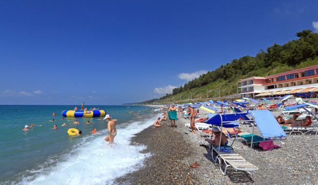 Пляж в Вардане возле пансионата Шексна
